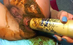 Hairy babe inserts a shampoo bottle in her ass
