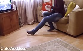 Amateur girl pissed in her tight jeans